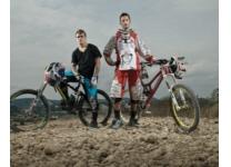 Downhill MTB Fahrer mit Fahrrad